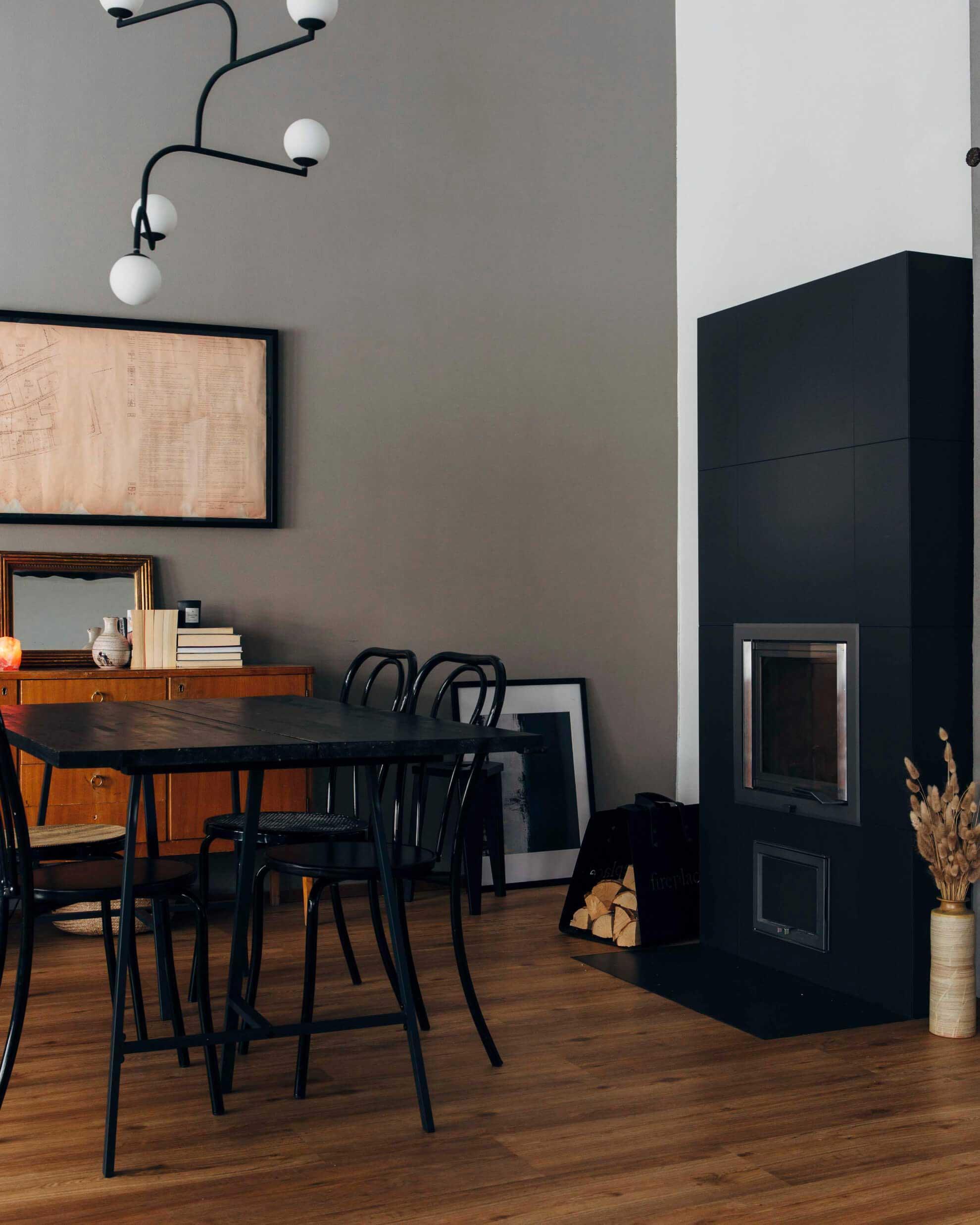 Der dunkelgraue Ofen von NunnaUuni ist das beeindruckende Herzstück unseres Zuhauses.